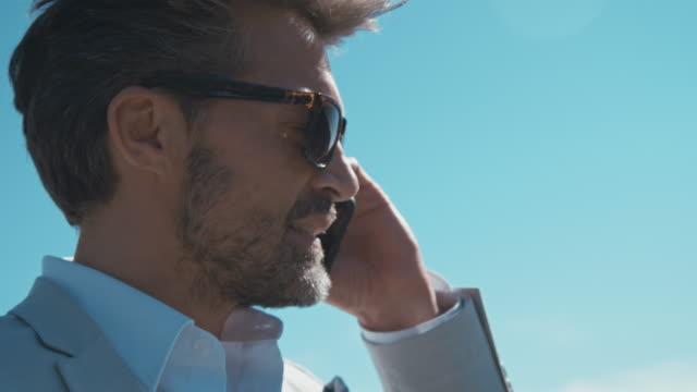 mann redet mit handy - sprache kommunikation stock-videos und b-roll-filmmaterial