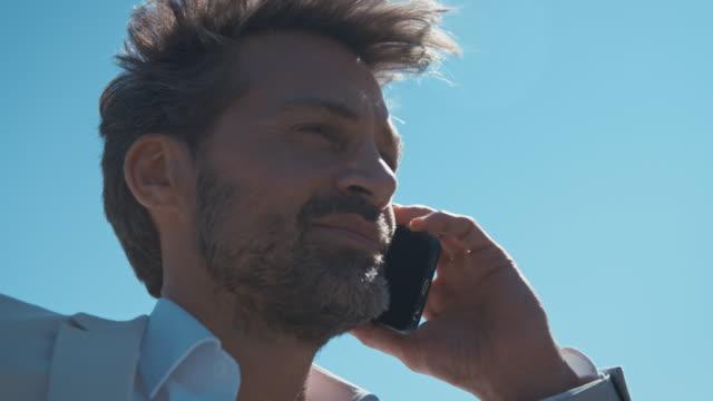 Man praten op mobiele telefoon