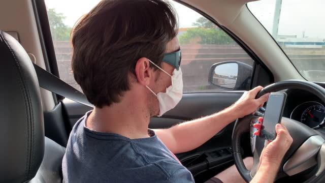 vídeos de stock e filmes b-roll de man talking on the phone and driving - bandido