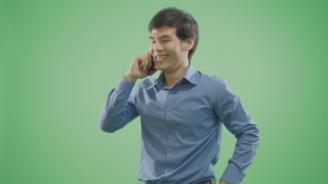 vídeos de stock, filmes e b-roll de um homem falando ao telefone. câmera lenta. - modelo web