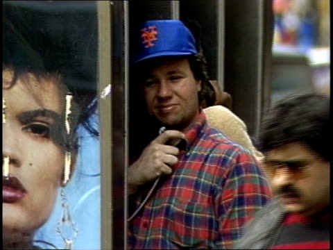 vidéos et rushes de nyc man talking on the telephone while wearing a ny mets cap - casquette de baseball