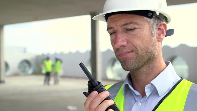 vídeos y material grabado en eventos de stock de man talking on walkie-talkie - walkie talkie
