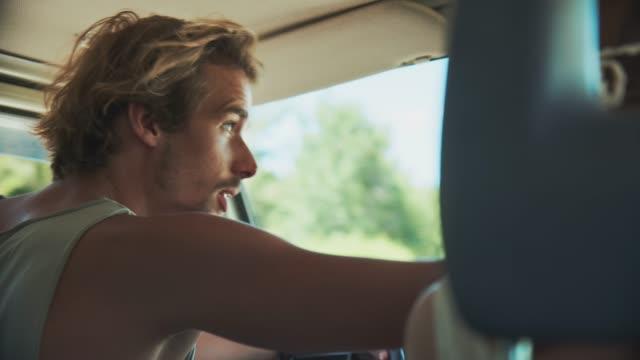 mann im gespräch mit frau während roadtrip - junges paar stock-videos und b-roll-filmmaterial