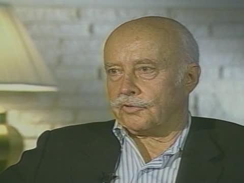vidéos et rushes de man talks about the bermuda triangle during an interview. - triangle forme bidimensionnelle