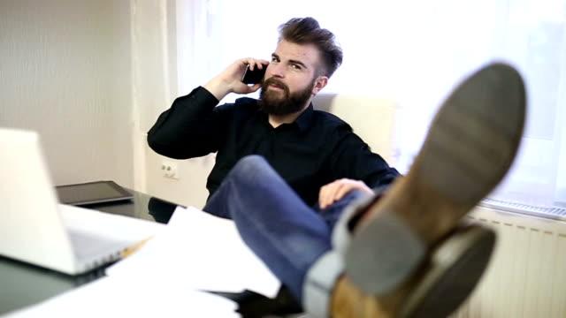 vídeos de stock, filmes e b-roll de homem fala no celular no escritório - de pé para cima