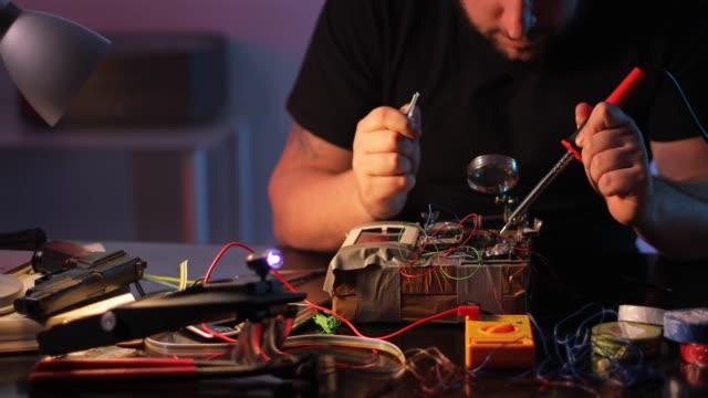 stockvideo's en b-roll-footage met man terrorist de bouw van een bom in de workshop - bomb countdown timer