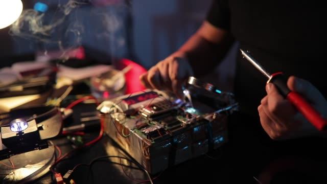 stockvideo's en b-roll-footage met man terrorist het maken van een bom in de workshop - bomb countdown timer