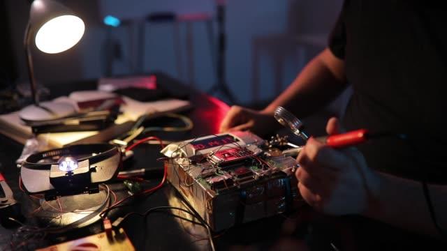 vídeos y material grabado en eventos de stock de hombre terrorista trabajando en hacer una bomba - haz de luz