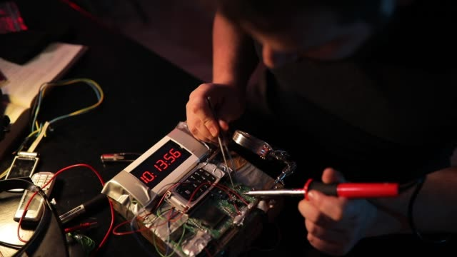 stockvideo's en b-roll-footage met man terrorist werken aan het maken van een tijdbom - bomb countdown timer