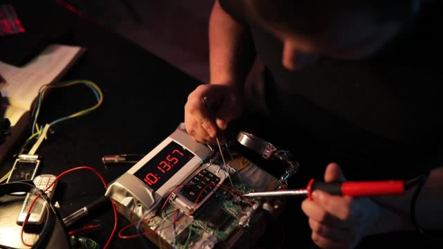 stockvideo's en b-roll-footage met man terrorist werken op tijdbom - bomb countdown timer