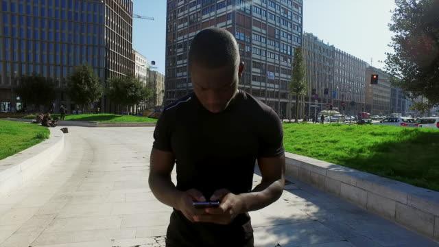 man text messaging - kamerafahrt auf schienen stock-videos und b-roll-filmmaterial