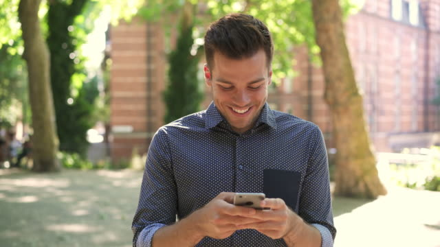 vidéos et rushes de ts - man texting and walking with smart phone - message sms