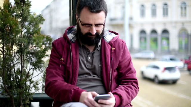 man texting on smartphone at the street - seeing paris: on the boulevards stock videos & royalty-free footage