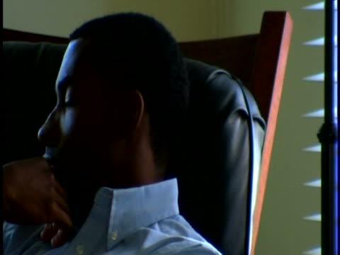 vídeos y material grabado en eventos de stock de man thinking - sólo hombres jóvenes