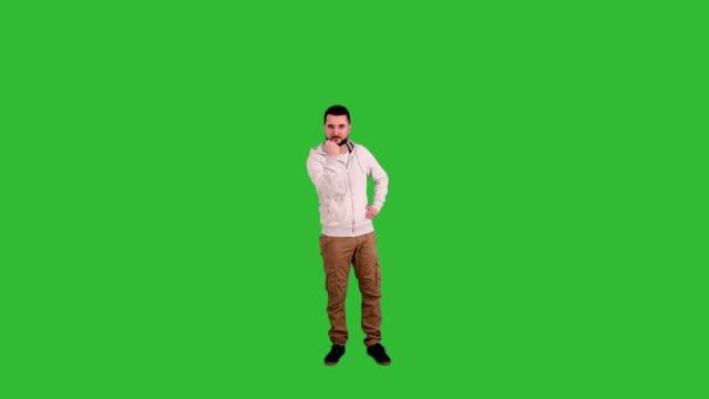 vídeos de stock, filmes e b-roll de homem mostrando uma ameaça e punhos em fundo de tela verde - full length