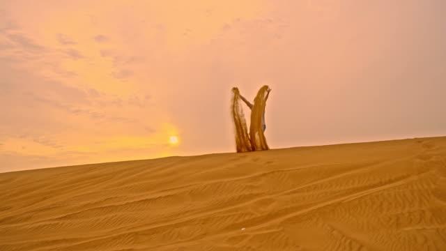 SLO MO homem de lançar areia para cima no ar