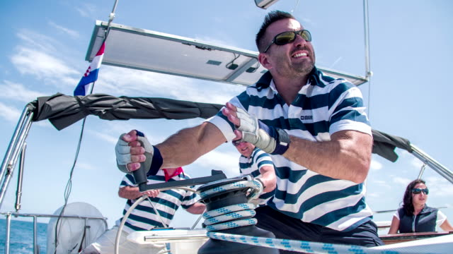 frau mann verschärfung der kreuzfahrt - regatta stock-videos und b-roll-filmmaterial