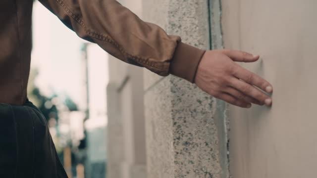 Homme toucher mur