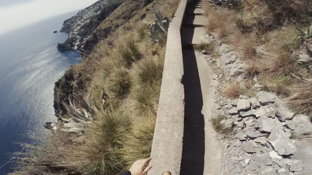 vidéos et rushes de sentier pov man en cours d'exécution sur la falaise: parkour - roc