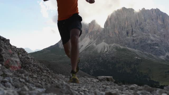 Mann Laufen auf Dolomiten hoher Berg