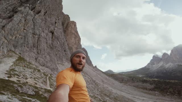 vídeos de stock e filmes b-roll de pov man trail running on mountain ridge - gorro de lã