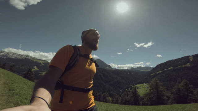 pov man trail läuft auf dem berg: selfie-video in aktion auf den dolomiten - schotterstrecke stock-videos und b-roll-filmmaterial
