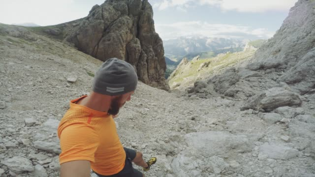 pov man trail running on mountain: the dolomites - zona pedonale strada transitabile video stock e b–roll