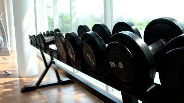 vídeos y material grabado en eventos de stock de pesas de formación del hombre en el gimnasio - brazo humano