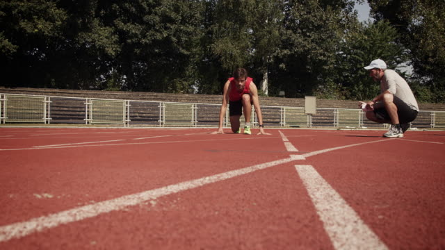 トライアスロンのためのマントレーニング - 陸上競技大会点の映像素材/bロール