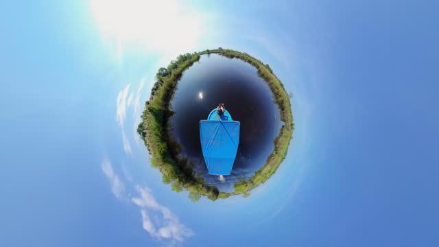 vídeos de stock e filmes b-roll de 360 a man travel on the boat - panorama equiretangular
