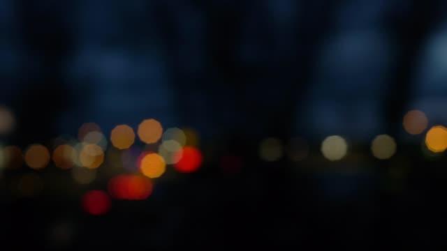 vidéos et rushes de man travelling in train at night - regarder par la fenêtre