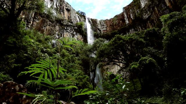 vídeos de stock, filmes e b-roll de homem percorre highline esticada acima da cachoeira, vale - cascata
