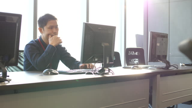 vídeos de stock, filmes e b-roll de homem tentando código na sala de informática - designer profissional