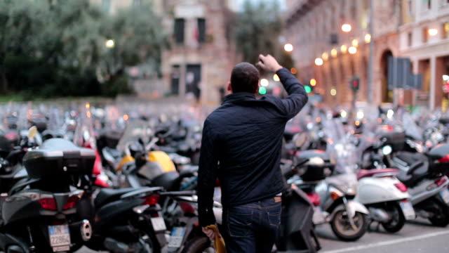 stockvideo's en b-roll-footage met man probeert voor zoeken motorfiets - verdwaald