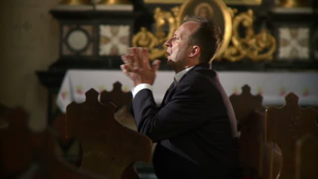 vídeos de stock e filmes b-roll de hd: homem passando a religião para obter ajuda - catolicismo