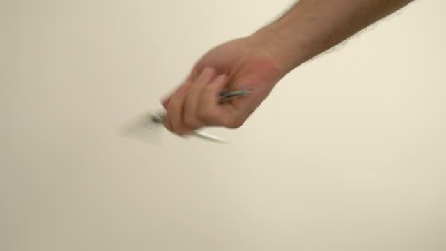 vídeos de stock e filmes b-roll de a man twists a butterfly knife - bandido