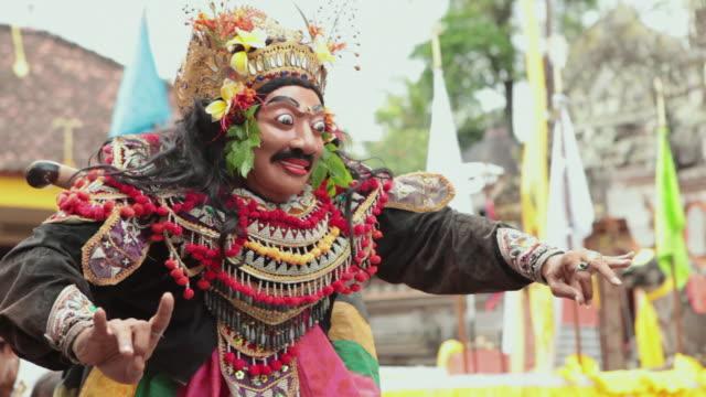 vídeos y material grabado en eventos de stock de ms man typical traditional dance performing at temple audio / bali, indonesia - bali