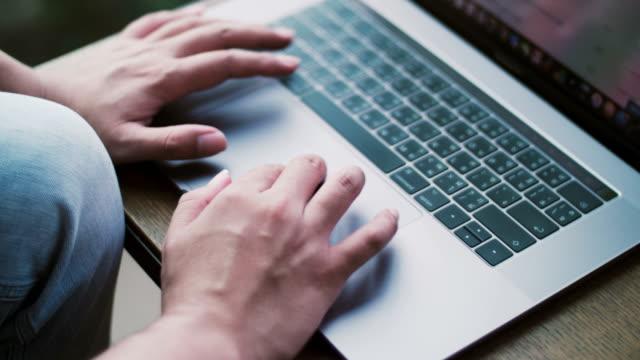 vídeos de stock e filmes b-roll de man typing on laptop keyboard - alto contraste