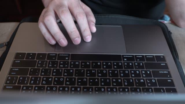 vídeos de stock e filmes b-roll de man typing on laptop - encontrar