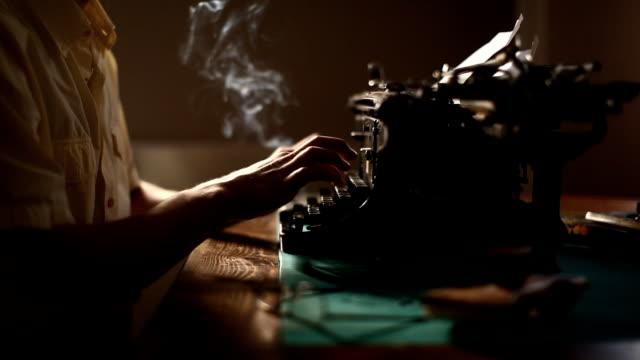uomo digitando (hd) - macchina da scrivere video stock e b–roll