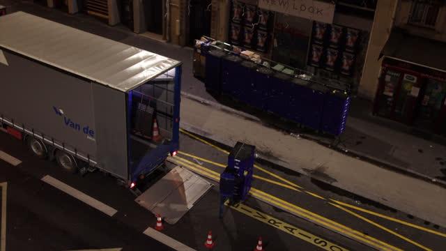 vídeos y material grabado en eventos de stock de a man unloads goods from a truck in the street - lugar de comercio