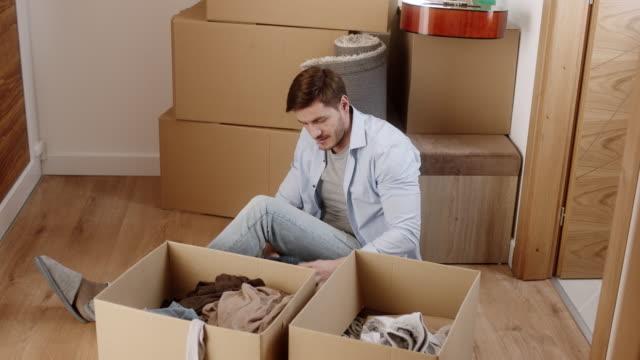 mann auspacken boxen im neuen haus - treppe stock-videos und b-roll-filmmaterial