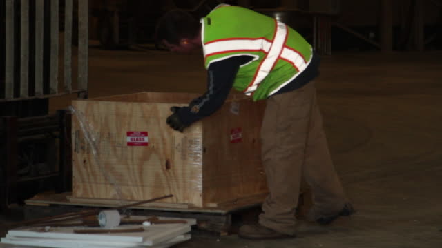 man unwrapping materials on pallet - nur männer über 30 stock-videos und b-roll-filmmaterial