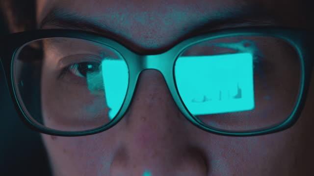 vídeos de stock, filmes e b-roll de portátil de uso do homem - estagiário