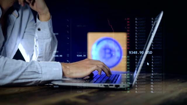 男性は、cripp 通貨の価格を監視するラップトップを使用しています。ビットコイン - ナスダック点の映像素材/bロール