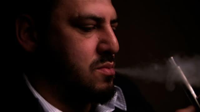 男は、電子タバコを使用してください。 - 代理点の映像素材/bロール
