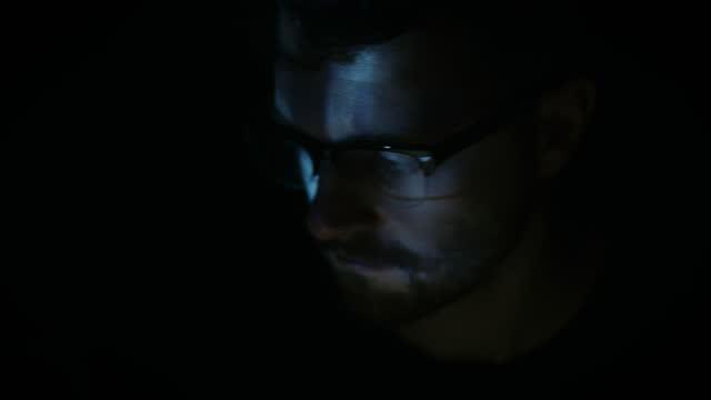 man uses tablet by blue digital light - 僅一成熟男士 個影片檔及 b 捲影像