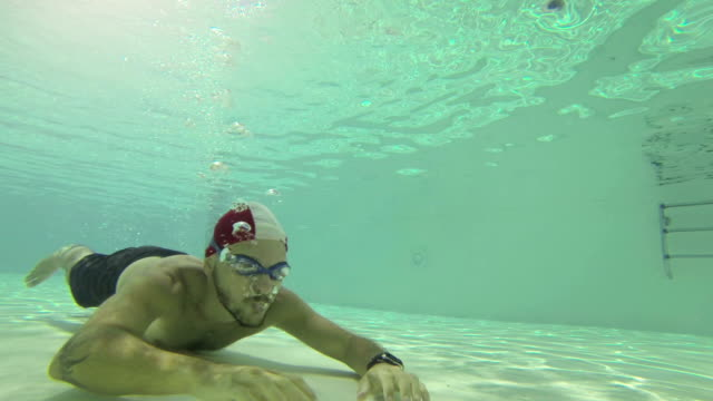 stockvideo's en b-roll-footage met man using a laptop underwater - badmuts