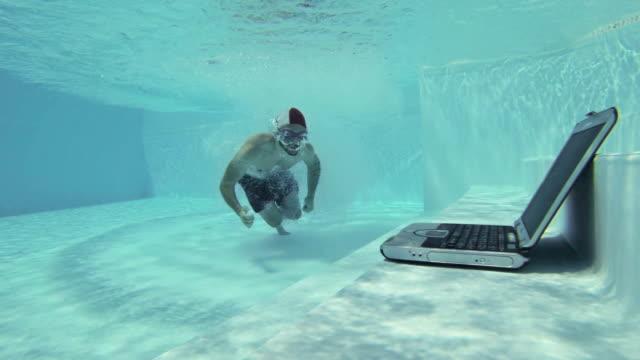 Mann mit einem laptop Unterwasser