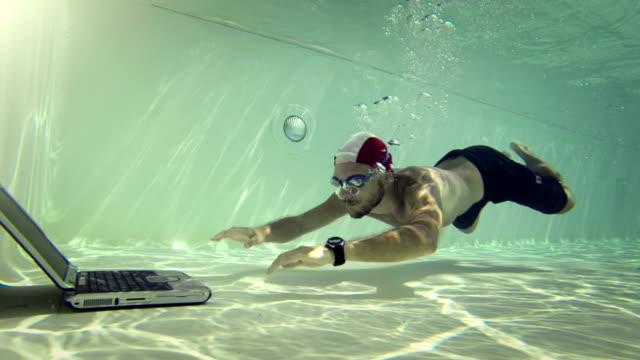 男性、ラップトップを使用して海中 - 無呼吸点の映像素材/bロール